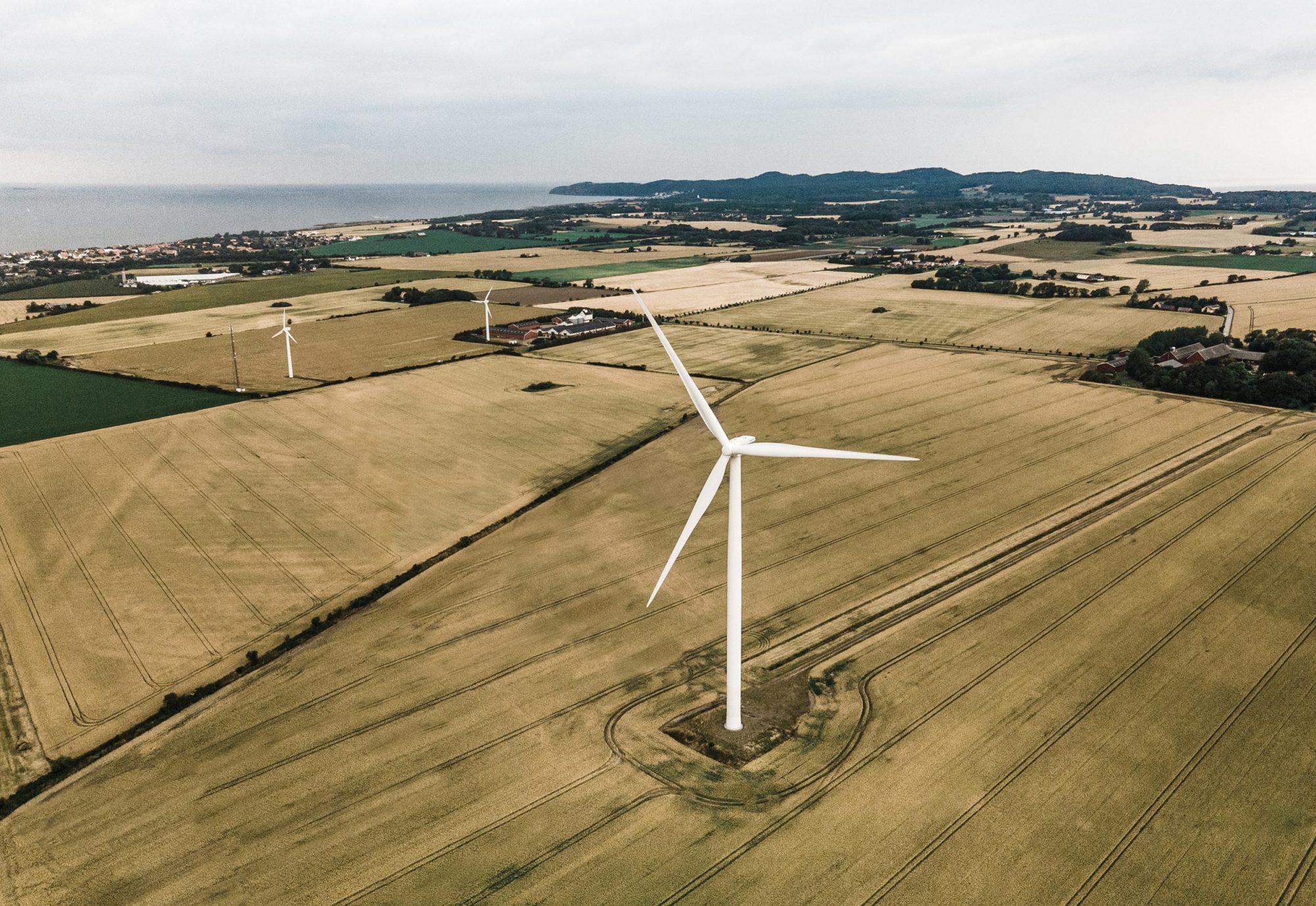 Vindkraftverk på fält i södra Sverige