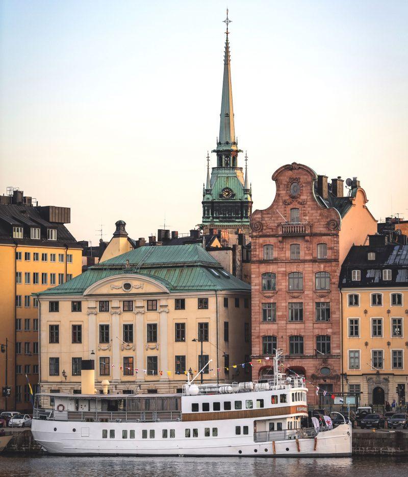 Båt vid kaj i Gamla stan Stockholm