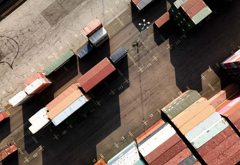 Flygfoto över containers i hamn