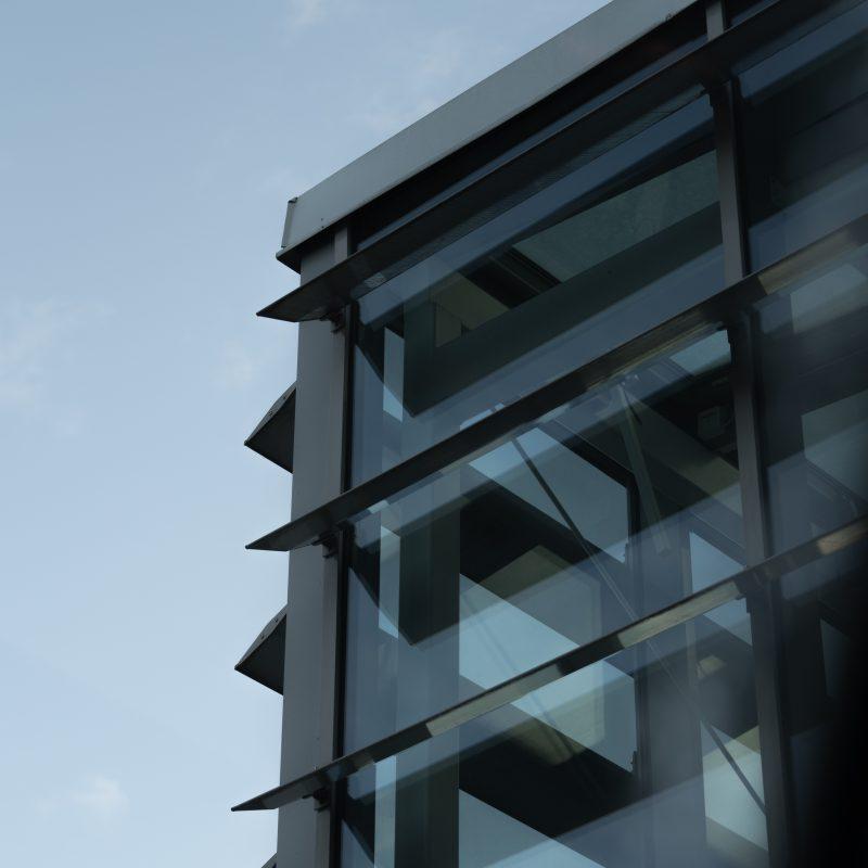Hög byggnad med stora glasfönster