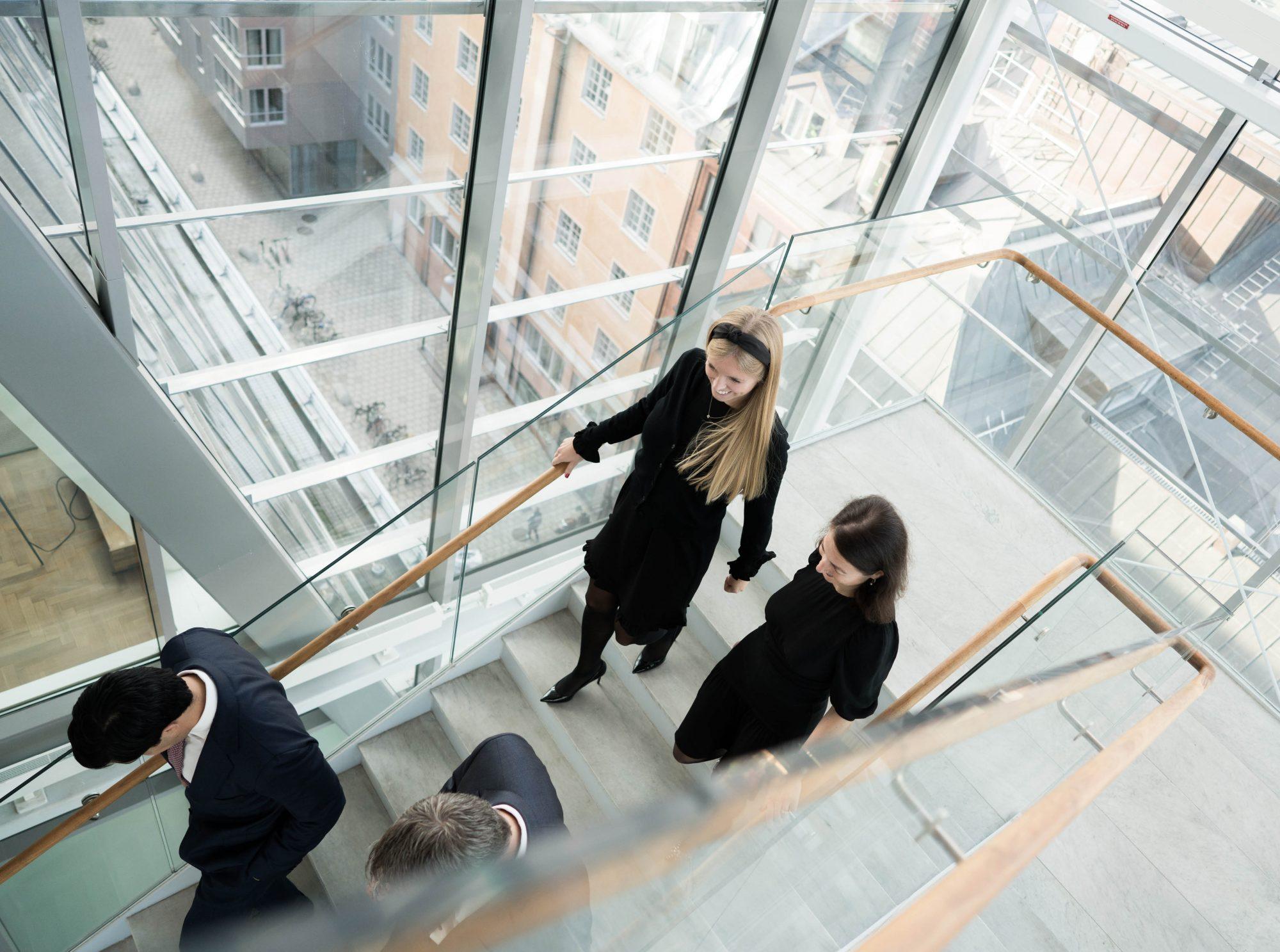 Fyra personer som går nedför trappa