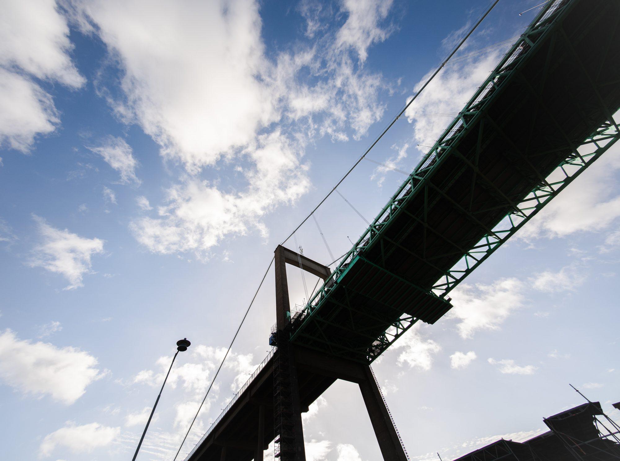 Bro med blå himmel