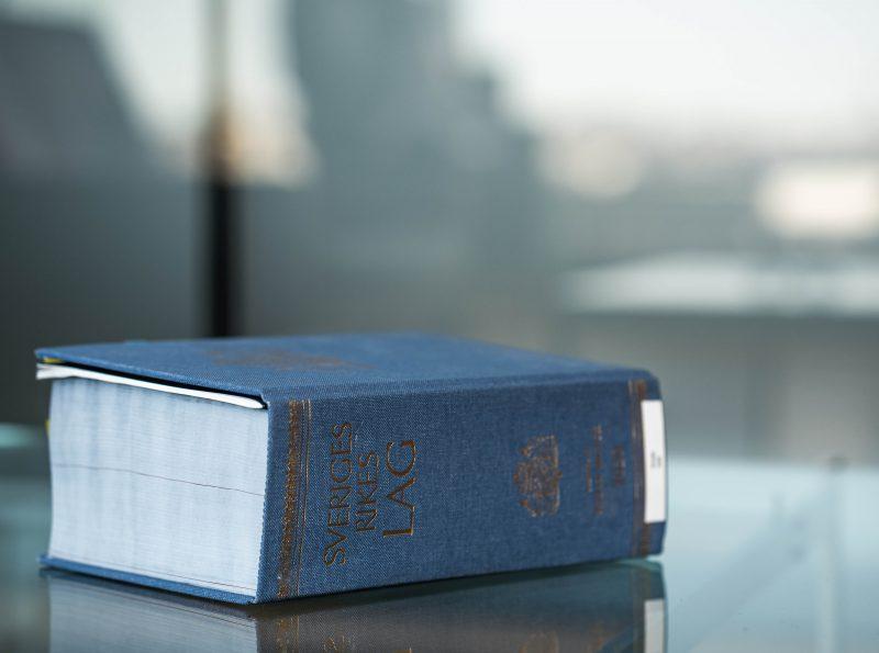 Lagbok som ligger på ett glasbord