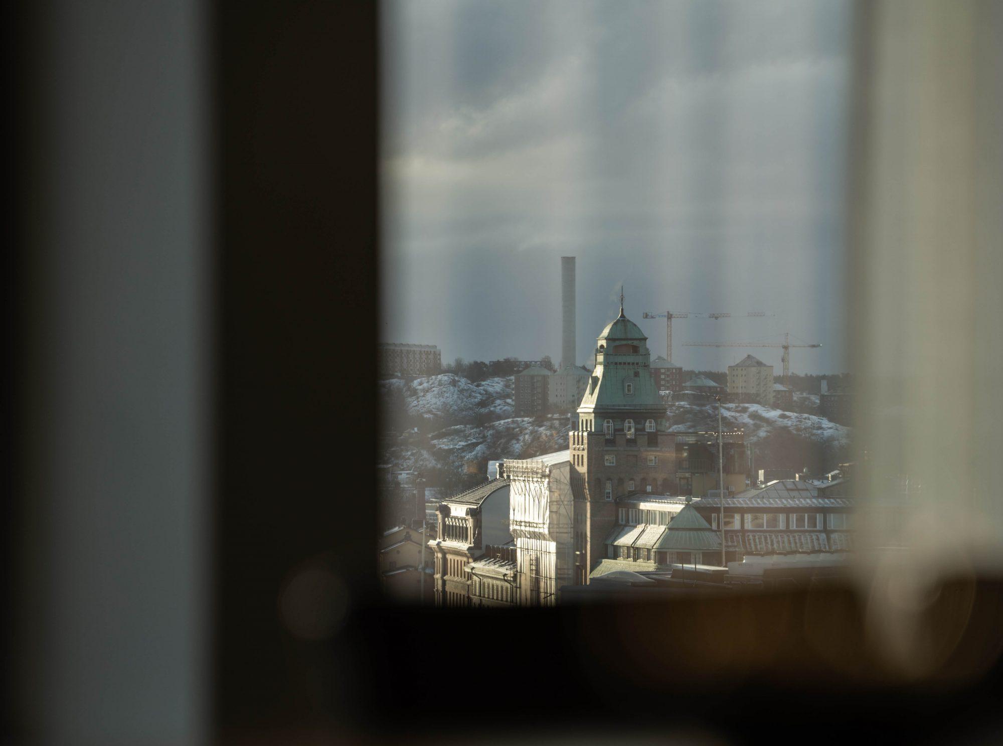 Vy över Stockholm genom fönster