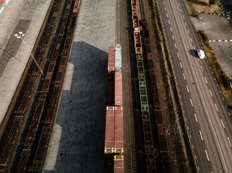 Drönarbild på väg och containrar